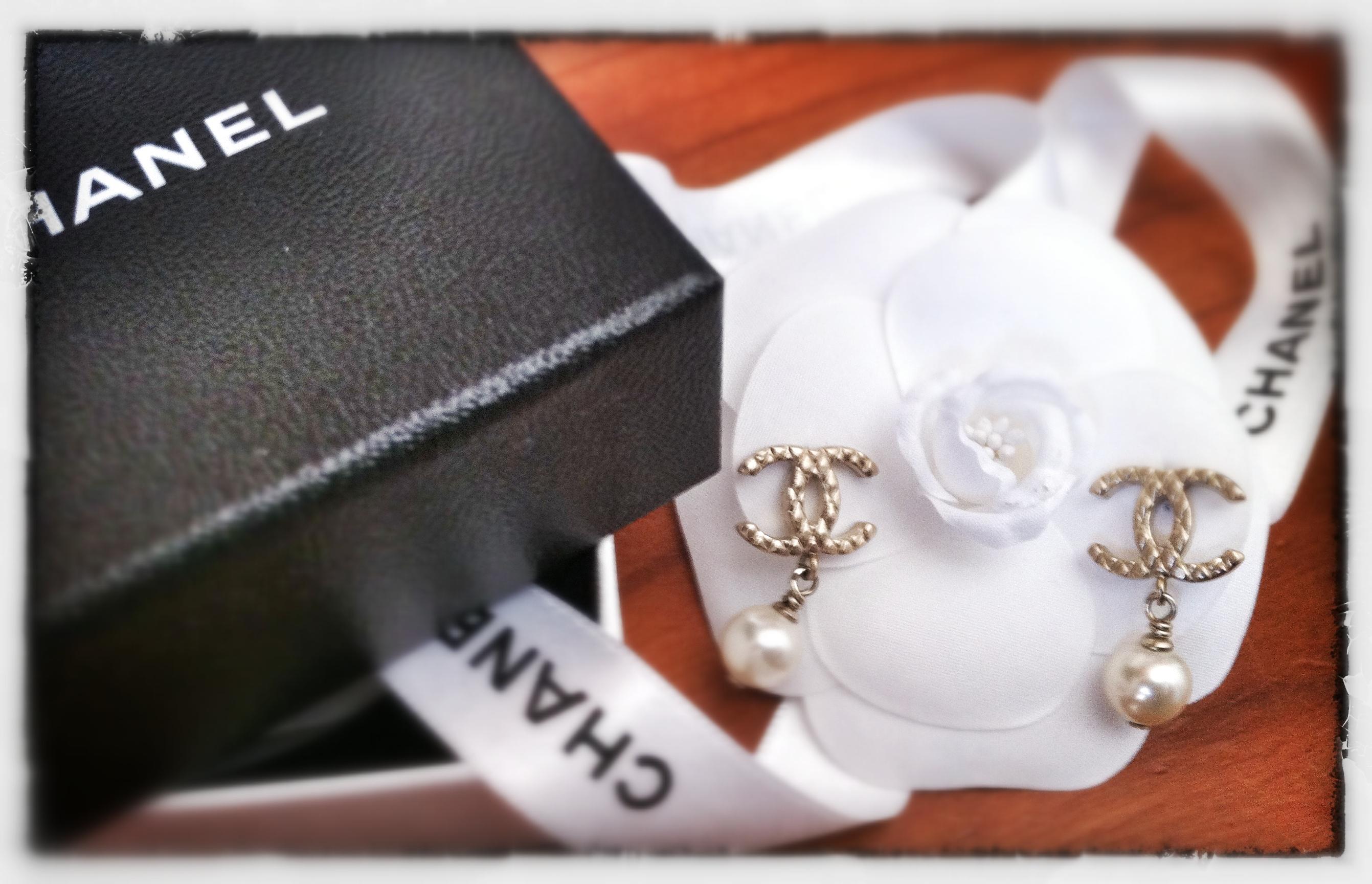"""prezzo interessante elegante nello stile ordine Accessori:""""Le perle di Chanel"""" e la camelia più famosa del ..."""